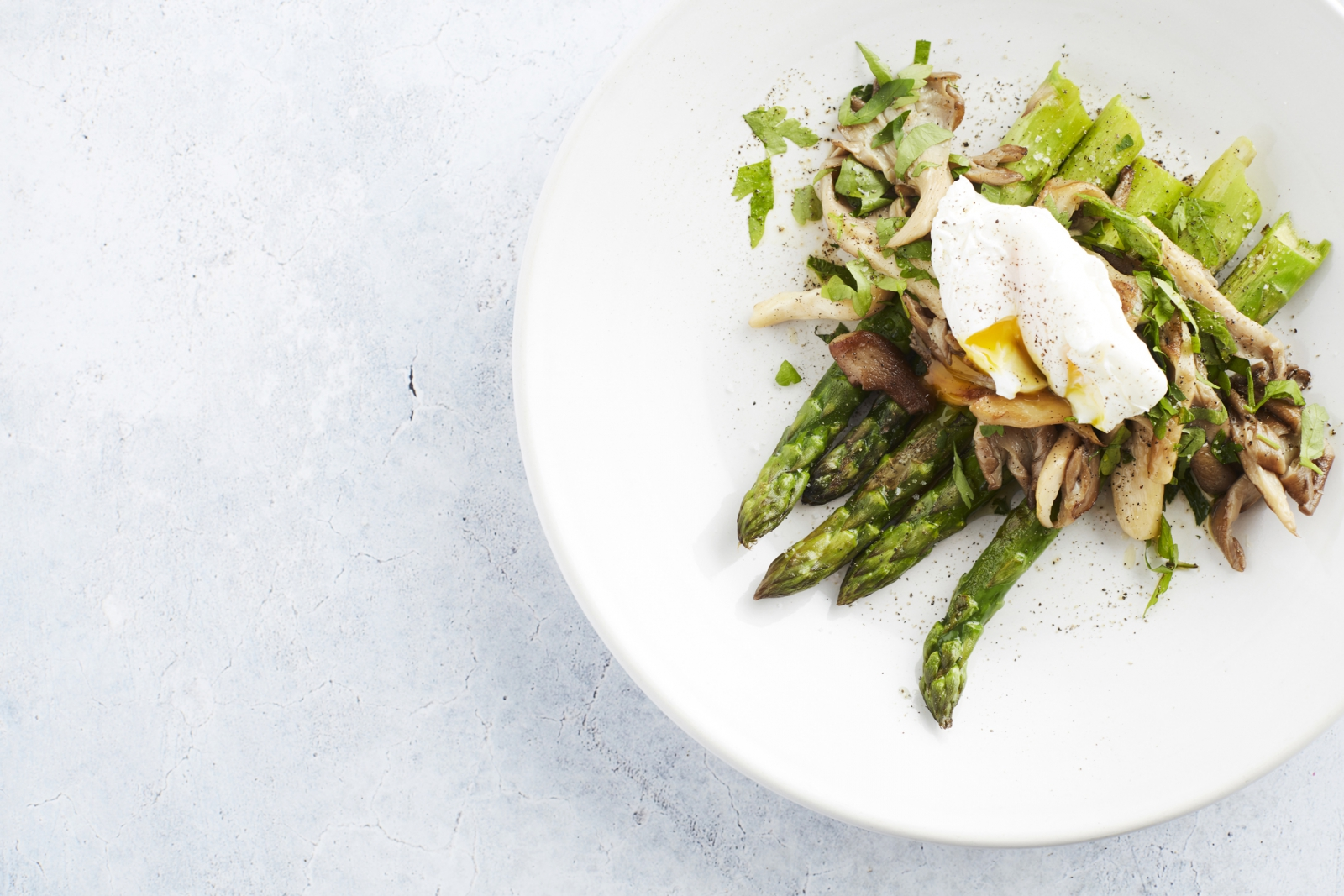 Grilled Asparagus with Mushrooms & Poached Egg - Vegetarian Keto Recipe - Start to Keto eBook